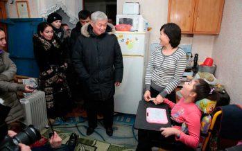 Сапарбаев мүгедек баласы бар жалғызбасты ананы бір күнде жаңа пəтерге көшірді (фото)