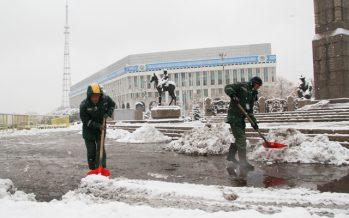 Алматы көшелерінде көктайғақ: 2440 тонна құм себілді