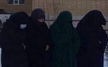 Мектептің ауласында «қара жамылған» қыздар намаз оқыды
