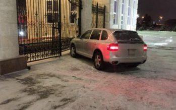 Ақорда қақпасына соқтығысқан Porsche Cayenne көлігін жүргізген полицей қызметінен қуылды