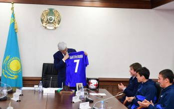 Амандық Баталов футболшылармен кездесті