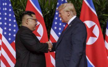 АҚШ және Солтүстік Корея басшылары алғаш рет қол алысты (ВИДЕО)