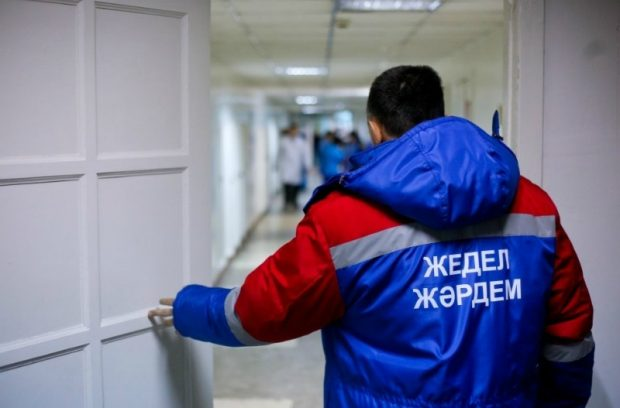 Астанада ер адам жедел жәрдем фельдшерінің басына пышақ сұғып алды